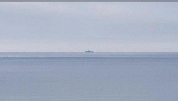 Российский фрегат с вертолетом на борту движется в сторону Азовского моря - фото 1