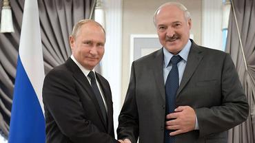 Лукашенко к новому году подарил Путину четыре мешка картошки - фото 1