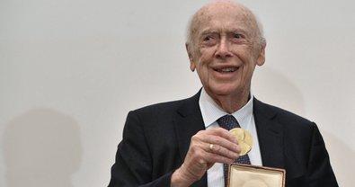 Нобелевский лауреат лишился почетных званий за расистские высказывания - фото 1