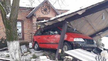 На Закарпатье Volkswagen снес кафе при дороге - фото 1
