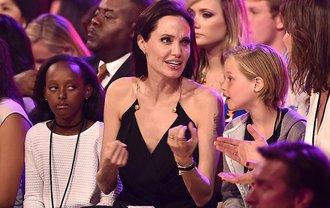 От Анджелины Джоли хотят съехать сраз двое детей - фото 1
