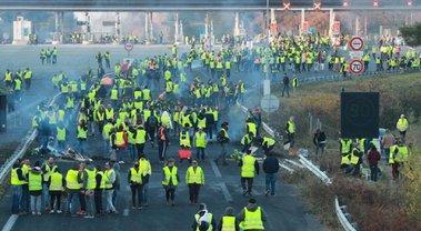 """Во Франции из-за """"желтых жилетов"""" планируют провести народное голосование - фото 1"""