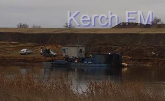 В Керчи выбросили в море токсичные отходы - фото 1