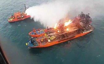 Русские не могут потушить пылающие танкеры - фото 1