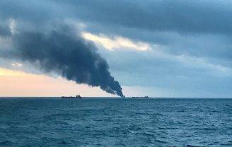 Горящие у берегов Крыма танкеры попали в шторм - фото 1