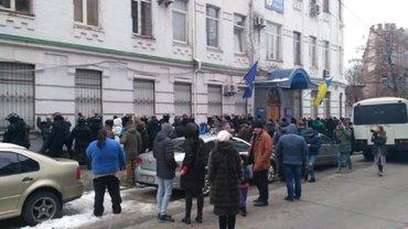 В сети обнародовали видео штурма райотдела полиции в Киеве и избиения активистов С14 - фото 1