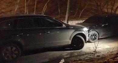 В Киеве водитель Volkswagen 4 раза протаранил авто с детьми - фото 1
