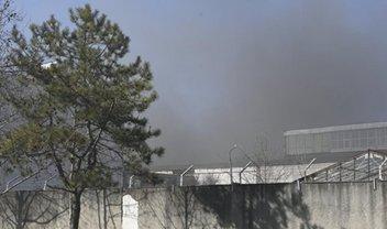 Вся территория завода пластмасс в Симферополе - в дыму - фото 1