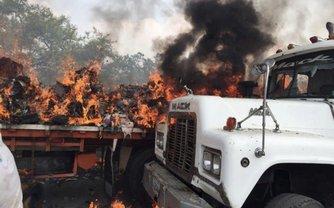 Три грузовика с гумпомощью, следовавшие из Колумбии загорелись - фото 1