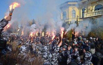 Возле дома Гладоковских устроили огненную акцию протеста - фото 1