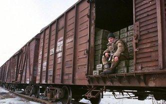 Российские оккупанты разгружают огромное количество завезенных на Донбасс снарядов - фото 1