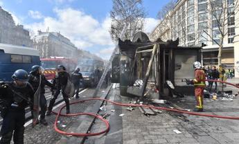 """В Париже """"желтые жилеты"""" подожгли банк с людьми внутри - фото 1"""