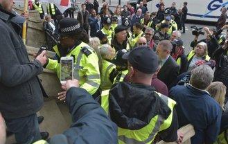 """""""Желтые жилеты"""" едва не захватили админздание в Лондоне - фото 1"""