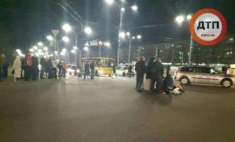 "Маршрутка сбила троих пешеходов у станции метро ""Дорогожичи"" - фото 1"