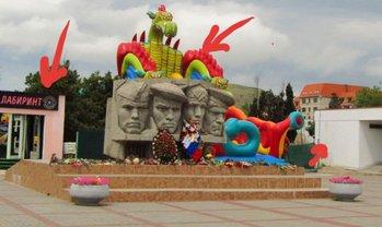 Жителям Коктебеля не понравился аттракцион, на котором можно скатиться к памятнику дедам - фото 1