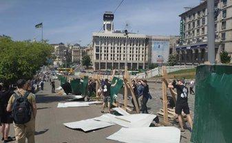 Националисты снесли забор у Аллеи Небесной Сотни - ВИДЕО - фото 1