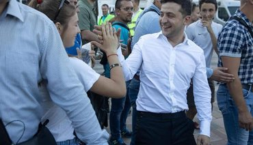 Зеленский побегал через фонтан в годовщину освобождения Мариуполя - фото 1