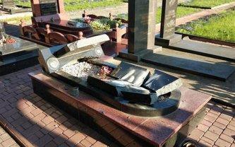 Путинские утырки разрушили памятники погибшим героям - фото 1
