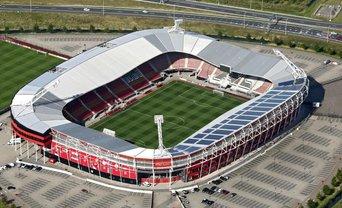 В Нидерландах на стадионе упала крыша - фото 1