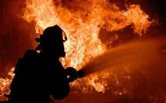 В Киеве спасатели попали под обстрел. Они просто тушил дом - фото 1