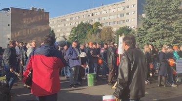 """Коломойский отправил """"титушек""""-рабочих своего завода к офису """"Привата"""" - фото 1"""
