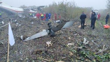 АН-12 совершил аварийную посадку в нескольких километрах от аэропорта Львова - фото 1