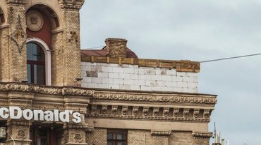 Коммунальщики сносят достроенный этаж - фото 1