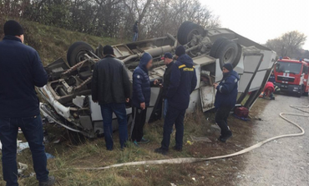 Под Хмельницким перевернулся автобус, есть пострадавшие - ФОТО   - фото 1