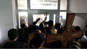 Попы УПЦ КП  штурмовали суд крестом. Полиция ответила газом – ФОТО  - фото 1