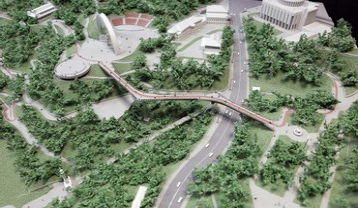 По мосту Кличко снова катался автомобилист - фото 1