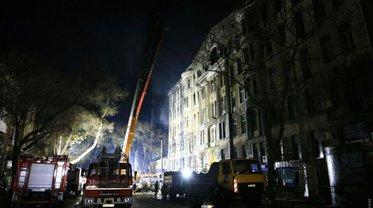 Десятки спасателей ищут 15 пропавших после пожара  - фото 1