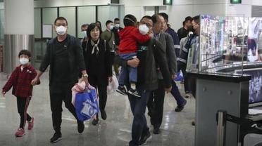 Туристов из Китая встречают санитары с инфракрасными термометрами - фото 1