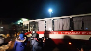Автобус с эвакуированными прибыл на место: Его забросали камнями – ФОТО, ВИДЕО - фото 1
