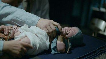 Ставил опыты на младенцах: Российский режиссер вляпался в скандал, сеть ревет от ярости  - фото 1