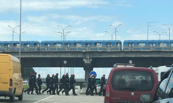 В Киеве неизвестный угрожал взорвать мост Метро: Его заломали силовики – ЯРЧАЙШЕЕ ВИДЕО - фото 1