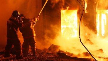 В Запорожье горела фабрика, на место ЧП съехались десятки пожарных - фото 1