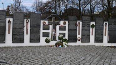 На Закарпатье вандалы повредили памятник венграм: Кулеба заявил о провокации  - фото 1