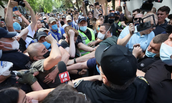 Под судом над Стерненко избили нардепа: Раскрыты детали - фото 1