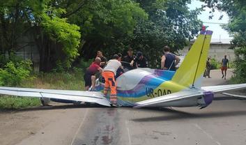 """""""Люди умирают на моих глазах!"""": В Одессе на дорогу рухнул самолет, есть пострадавшие  - фото 1"""