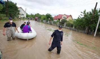 Кабмин выделил помощь на борьбу с потопами на Западной Украине - фото 1