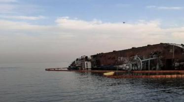Из претерпевшего крушение судна периодически вытекает топливо - фото 1