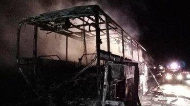 Автобус выгорел до основания - фото 1