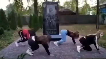 Школьницы устроили танцы на могиле героев - фото 1