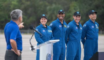 Астронавты летят на частном корабле на МКС - фото 1