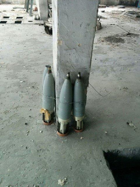 В заброшенных зданиях на Донбассе ликвидировали три тайника с оружием сепаратистов - фото 10359