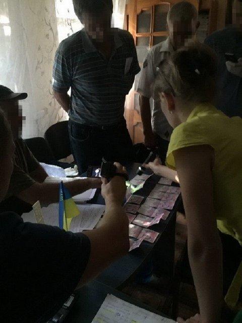 Директора коммунального предприятия на Донбассе задержали за вымогание взятки - фото 7251