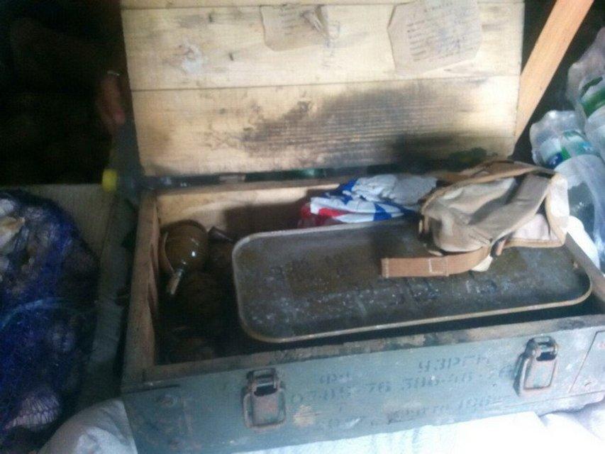 В заброшенных зданиях на Донбассе ликвидировали три тайника с оружием сепаратистов - фото 10361