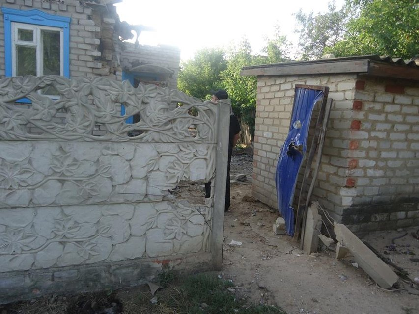 В результате ночного обстрела Торецка сепаратиста повреждено три дома, один сильно выгорел - фото 7699