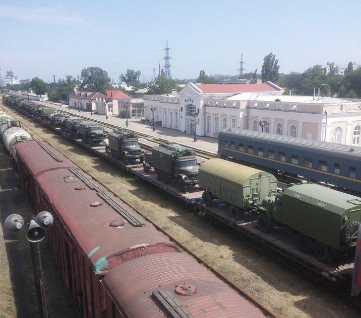 Милитаризация: Россия завезла в Крым колонны военной техники - фото 7743