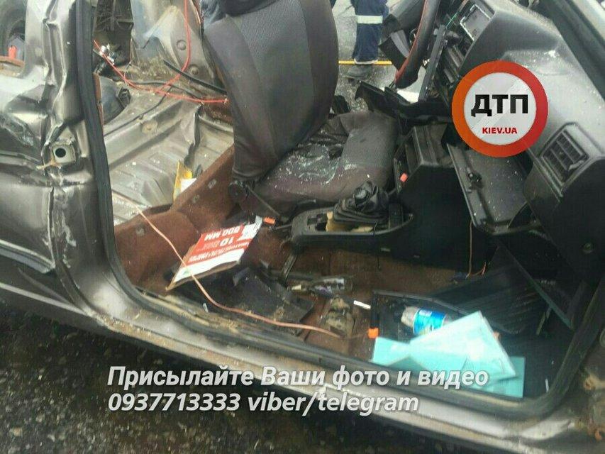 Тройное ДТП в Киеве - потерпевших в тяжелом состоянии госпитализировали - фото 14309